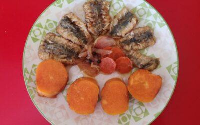 Boniato con sardinas escabechadas y sésamo