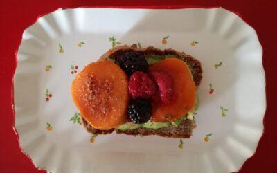 Pa de fajol amb moniato i alvocat amb suc de taronja i magrana – esmorzar