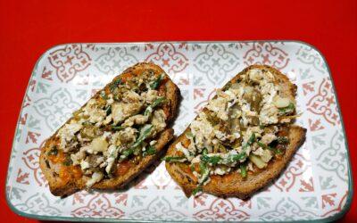 Remenat d'espàrrecs silvestres, carxofes i pinyons sobre torrada de pa d'espelta-Sopar