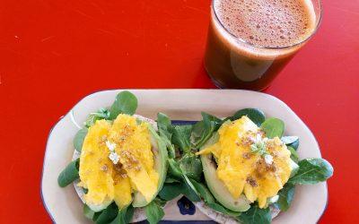 Alvocat, canonges i mango sobre torrada d'arròs i suc verd-esmorzar